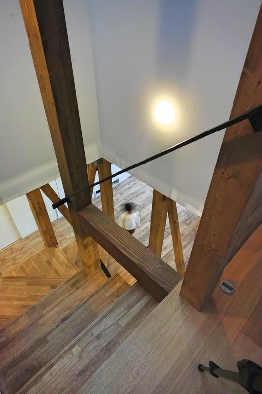 階段から下を見る